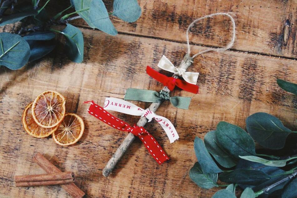 rustic christmas decoration, DIY rustic christmas decoration, rustic christmas decoration tutorial, ribbon Christmas tree, foraged christmas tree decoration,