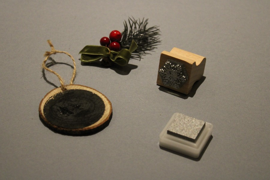 Christmas Ornament Tutorial, DIY Christmas ornaments, chalkboard ornament, wood slice christmas ornament,