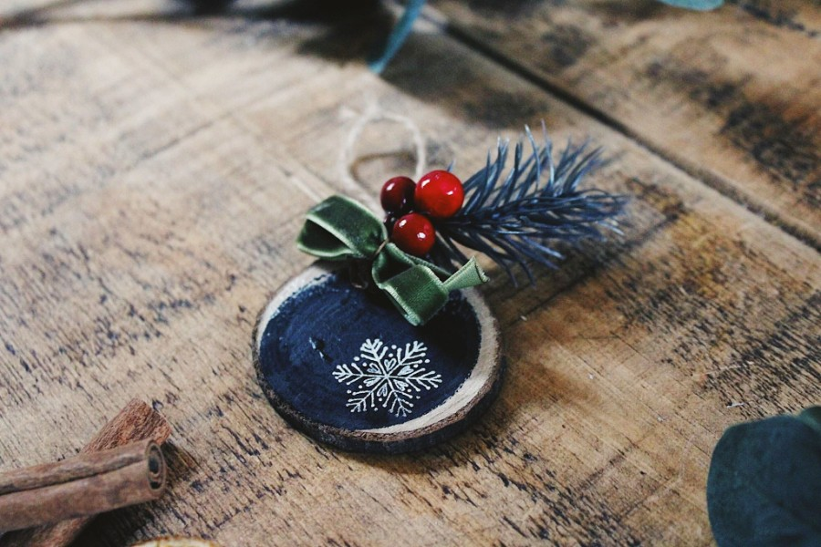 Christmas Ornament Tutorial, DIY Christmas ornaments, chalkboard ornament, wood slice christmas ornament,